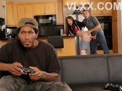 """Mãi chơi game, chàng trai bị bạn thân """"cắm sừng"""" ngay tại nhà"""