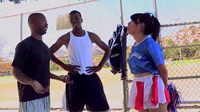 Cheerleader làm tình trong một interracial có ba người qua hai người da đen